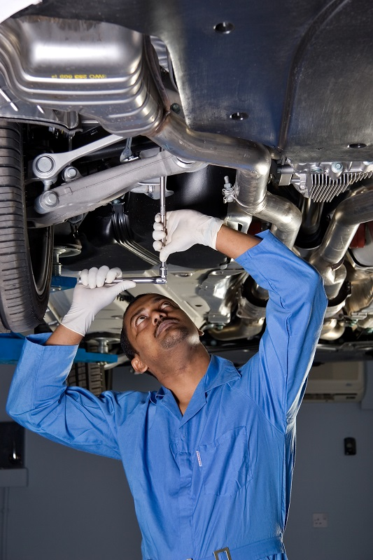 Mechanik samochodowy kontra autodoradca – z czyich usług skorzystać