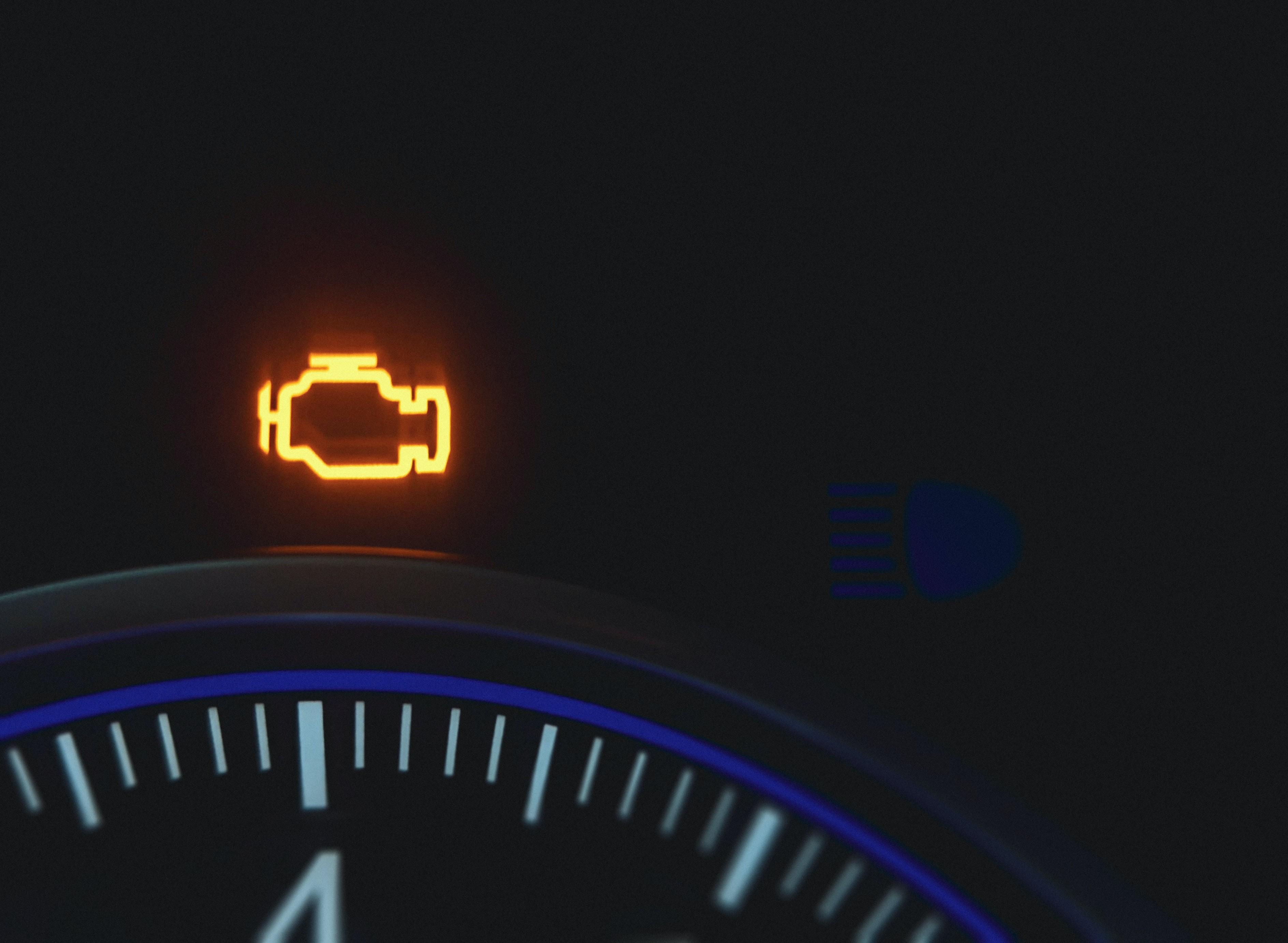 Kontrolki w samochodzie Check Engine – co oznacza i dlaczego się świeci?